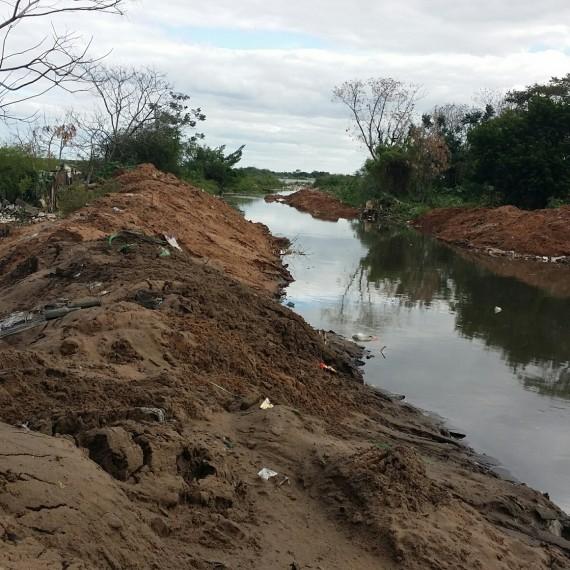 Limpieza y canalización de arroyos en Bañado Sur