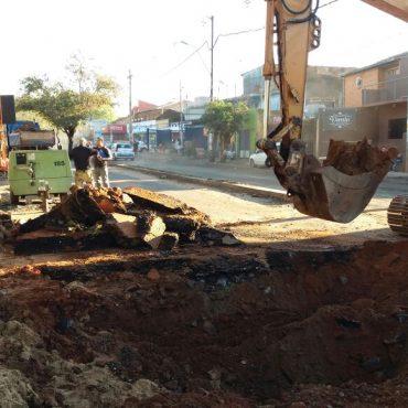 En la avenida General Santos en el cruce con la calle Sajonia, específicamente en la calzada de entrada a la ciudad, se trabaja en la construcción de los sumideros para canalizar las aguas de lluvia y en la conexión de los caños del sistema de desagüe pluvial.