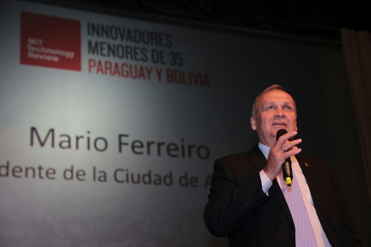 """El Intendente Mario Ferreiro asistió al acto de premiación de """"Innovadores menores de 35"""" que en su primera edición en Paraguay y Bolivia reconoció a 8 jóvenes emprendedores por sus proyectos tecnológicos originales y de impacto para la sociedad. Cabe destacar que los ganadores paraguayos se destacaron en las áreas de software, biotecnología y computación. Los galardonados presentaron sus trabajos en el evento de premiación realizado en el teatro del Centro Paraguayo Japonés. El Intendente llevó su saludo a los jóvenes y los instó a que dirijan sus esfuerzos y sus conocimientos a favor de la clase socialmente menos favorecida de la sociedad. Señaló que cuando asumió el gobierno municipal una de sus promesas era la de tener una política comunicacional de la gestión de gobierno con la ciudadanía, y afirmó que lo está cumpliendo, """"Porque comunicación quiere decir, transparencia, escuchar mucho, hacer días de gobierno en los barrios, presupuesto participativo, recoger los reclamos y responder instantáneamente. Comunicación es usar las herramientas tecnológicas, que para mi generación es nueva, nacimos en la era tecnológica y asistimos a la transformación digital, hoy estamos con la era de las aplicaciones y el acceso a la información que en Paraguay es una ley, este gran equipo lo afrontamos con un equipo de gente jóvenes como ustedes que nos ayuda a entender el lenguaje y a desarrollarlo"""", se explayó. En un país con una población joven de 70 % menor a los 35 años, pero con el 20 % de personas por debajo de la línea de la pobreza y con 20 mil familias que cada 2 o 3 años deben abandonar sus hogares por las crecidas del río, """"se necesita en el nuevo milenio ingresar a la modernidad y al mundo tecnológico, en ese sentido es que los jóvenes tienen una misión importante por delante"""" destacó. MIT Technology Review Innovadores menores de 35 años La nueva generación de Innovadores menores de 35 Paraguay y Bolivia 2016 presentó sus proyectos en el evento de premiación. Durante """