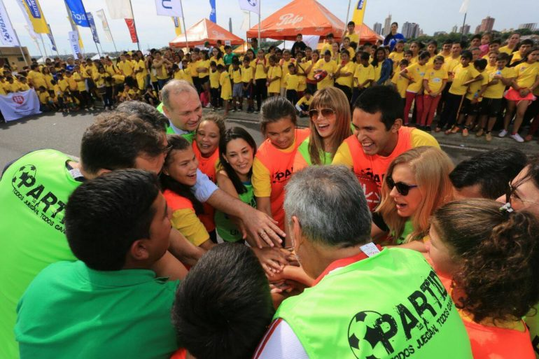 Partidi convocó a niños y adultos a jugar futbol en la costanera de Asunción