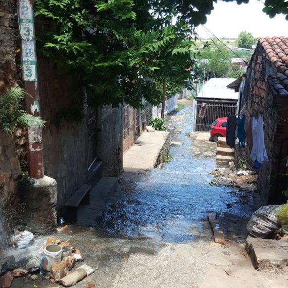 MUNICIPALIDAD COLABORA CON VECINOS DEL BARRIO TABLADA ANTE EFLUENTES CLOACALES QUE INVADEN LOS HOGARES