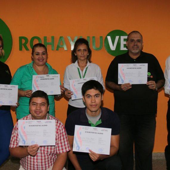 Algunos de los funcionarios participantes, con sus certificados.