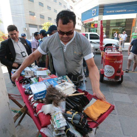Realizaron operativo interinstitucional para despejar de vendedores ambulantes veredas de la calle Palma