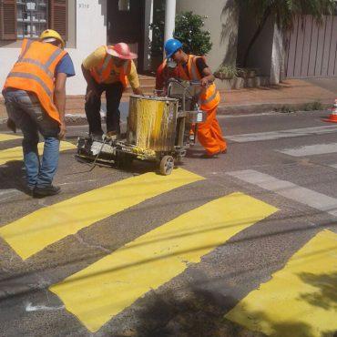 Municipalidad procede a señalización de lomadas con las pinturas correspondientes