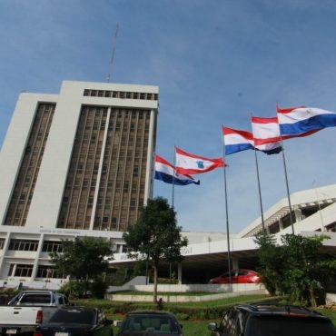Banderas patrias lucen en la ciudad para celebrar 206 años de vida independiente