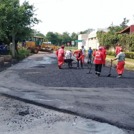 En plena jornada del 1 de Mayo, fecha en que se celebra el Día Internacional del Trabajo, cuadrillas de obreros municipales de vialidad se encuentran trabajando desde tempranas horas en la zona del CIT.