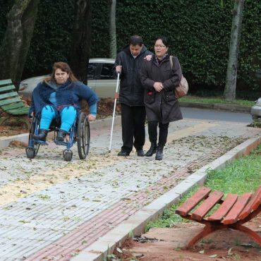 Personas con discapacidades probaron senderos y veredas en construcción en la primera plaza inclusiva de Asunción