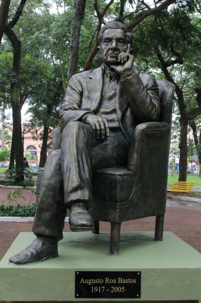 La Plaza Uruguaya ya luce orgullosa la estatua de Augusto Roa Bastos