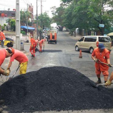BACHEO DÍA A DÍA: tras la lluvia, obreros municipales priorizaron bacheos