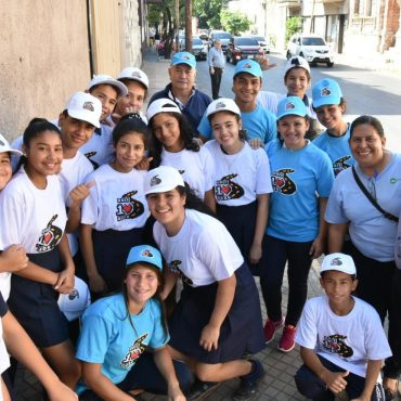Jóvenes de colegios de la capital concientizan a automovilistas en su entorno escolar